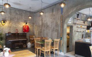 Cafede brüt beton duvarlar
